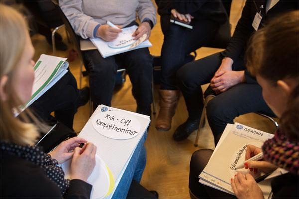 Teilnehemer/innen sitzen im Kreis während eines Workshops