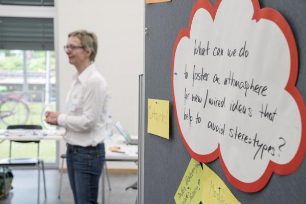 Referentin vor Stellwand beim Vortrag