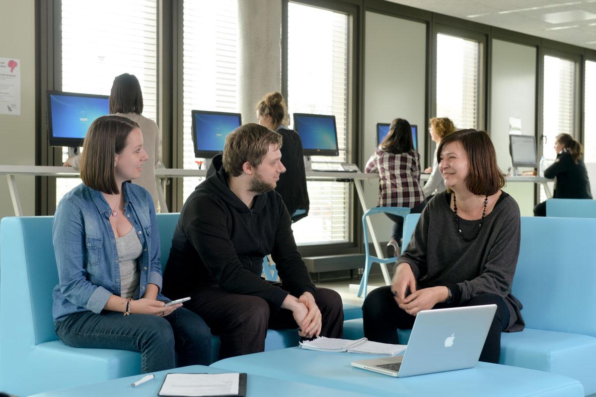 Junge Leute besprechen sich im blauen Raum