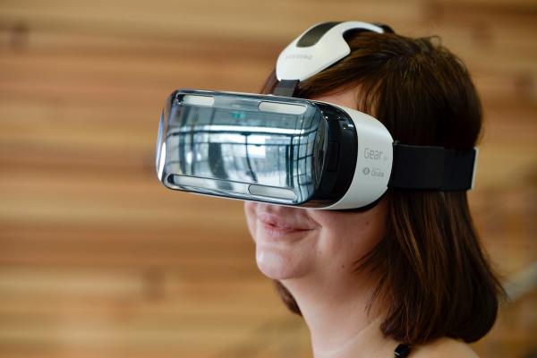 Portrait einer Frau, die eine Datenbrille trägt